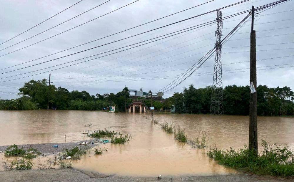 Lũ lụt chia cắt những tuyến đường miền Trung