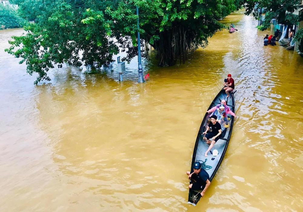 Thành phố Huế biến thành sông (Ảnh La Phước)