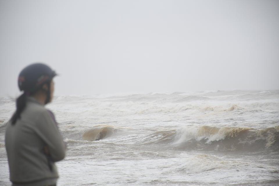 Vùng biển Quảng Ngãi có mưa bão, biển động mạnh