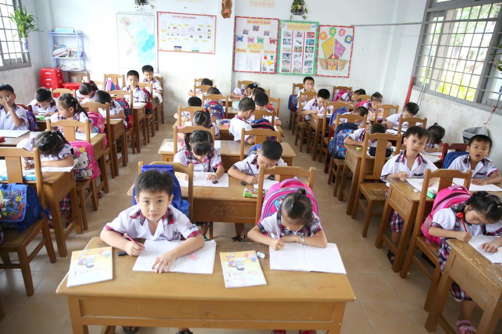 Mới lớp Một nhưng chương trình học đã quá tải khiến những đứa trẻ mới sáu tuổi phải chịu nhiều áp lực - Ảnh: ĐỖ MINH
