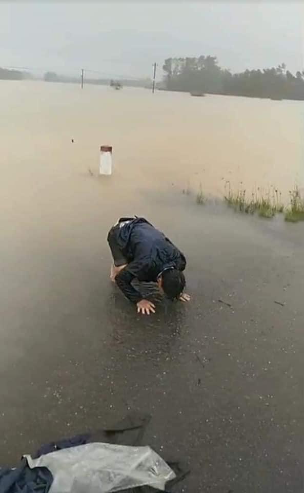 Người chồng gào khóc vô vọng gọi vợ con giữa dòng nước lũ. Ảnh cắt từ clip