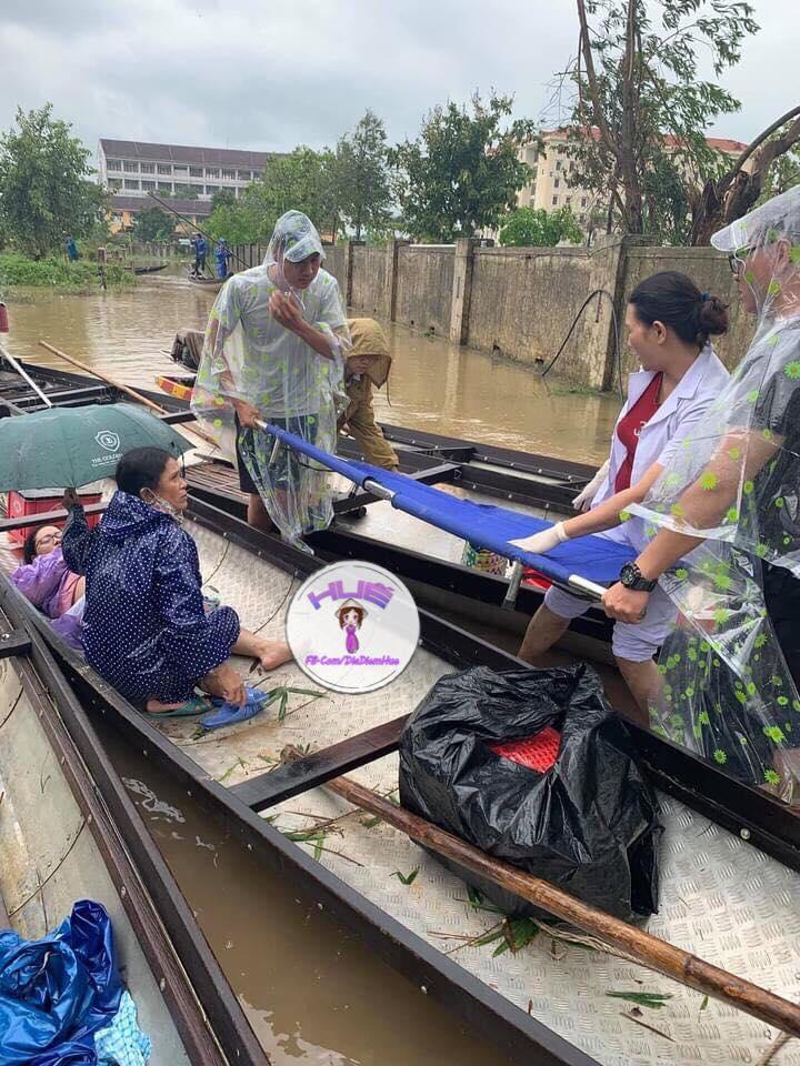 Mẹ con sản phụ may mắn nhận được sự trợ giúp của người dân và y tá của trung tâm y tế Phú Thượng. Ảnh từ fp Huế