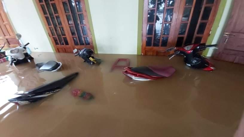 Nhiều nhà dân ở xã Ba Lòng, huyện Đakrong bị nước ngập lên tận nóc