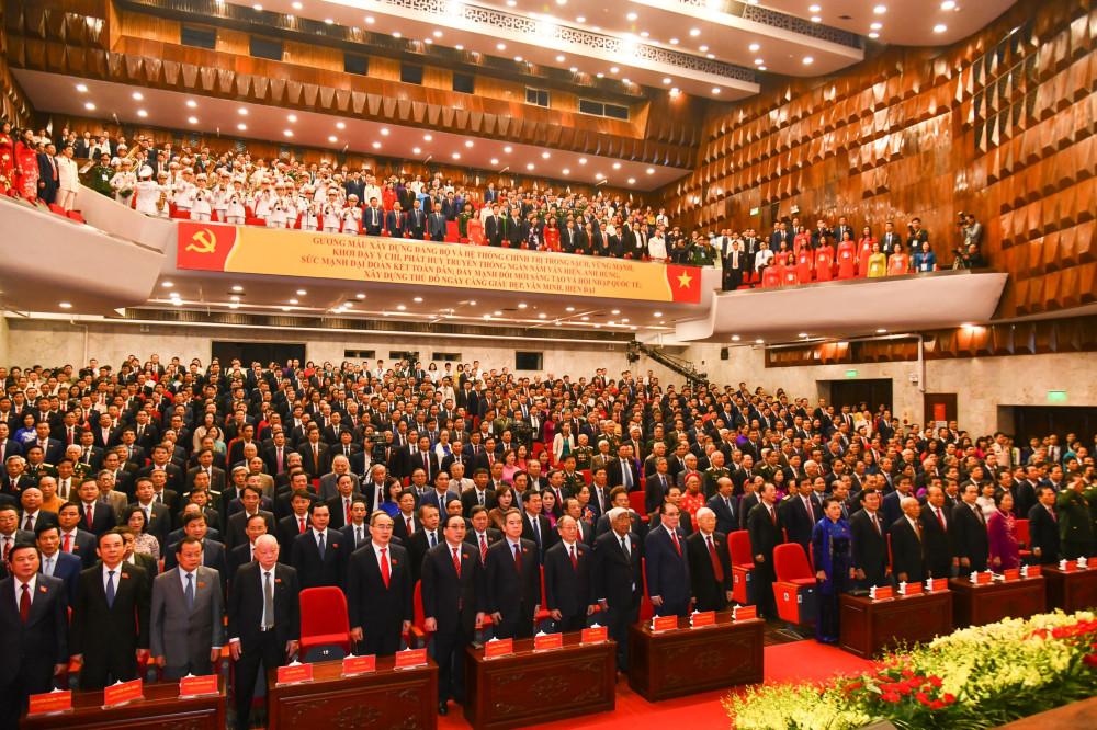 Các đại biểu tham gia Đại hội Đảng bộ TP Hà Nội tiến hành làm lễ chào cờ.