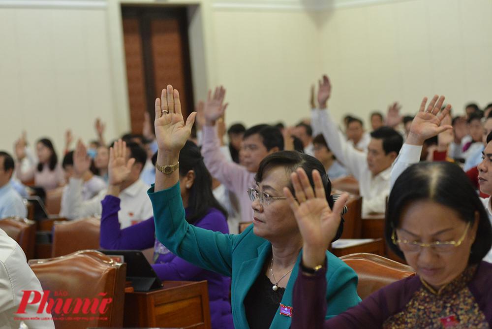 Các đại biểu HĐND TPHCM biểu quyết đồng ý 100% thông qua nghị quyết về thành lập thành phố Thủ Đức