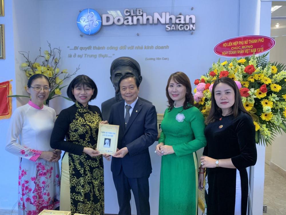 Bà Trần Thị Phương Hoa - Phó Chủ tịch Hội liên hiệp Phụ nữ TP. HCM thăm và chúc mừng Câu lạc bộ Doanh nhân Sài Gòn.