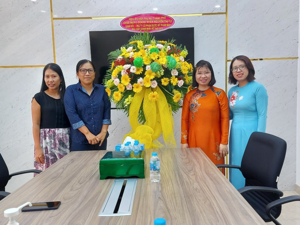 Bà Trần Thị Huyền Thanh - Phó Chủ tịch Hội liên hiệp Phụ nữ TP. HCM thăm hỏi và chúc mừng Công ty cổ phần dược mỹ phẩm MAY.