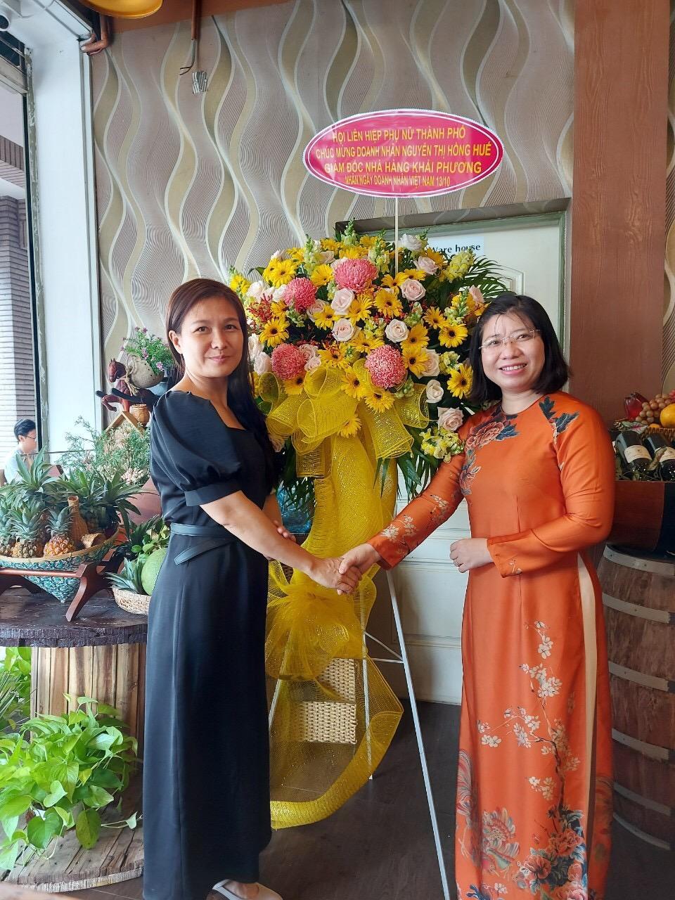 Bà Huyền Thanh thăm hỏi và chúc mừng bà Nguyễn Thị Hồng Huế - Giám đốc Nhà hàng Khải Phương.