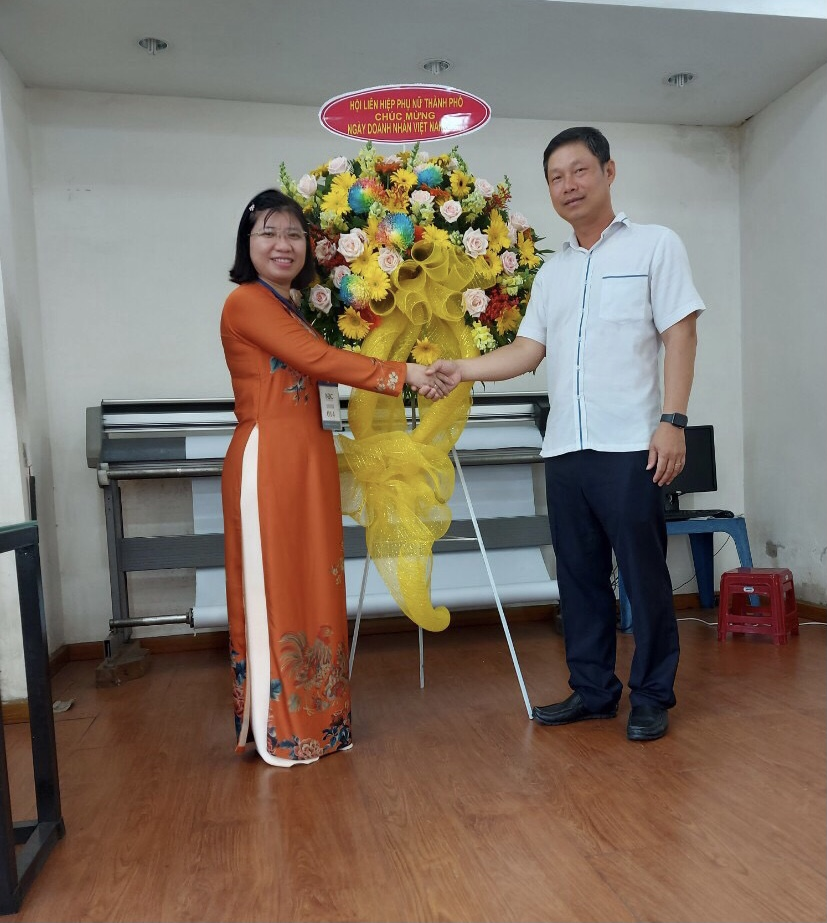 Bà Huyền Thanh chúc mừng Công ty cổ phần thương mại May Nhà Bè nhân ngày Doanh nhân Việt Nam