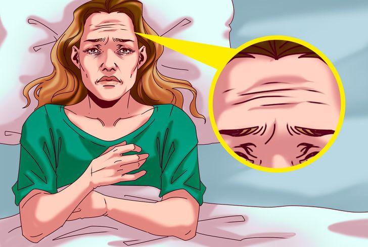 Thiếu ngủ liên tục hoặc ngủ ít hơn 5 giờ mỗi ngày dẫn đến cơ thể mất nước, các tế bào không được tái tạo, hàng rào bảo vệ da giảm đi dẫn đến việc hình thành nếp nhăn trên da.
