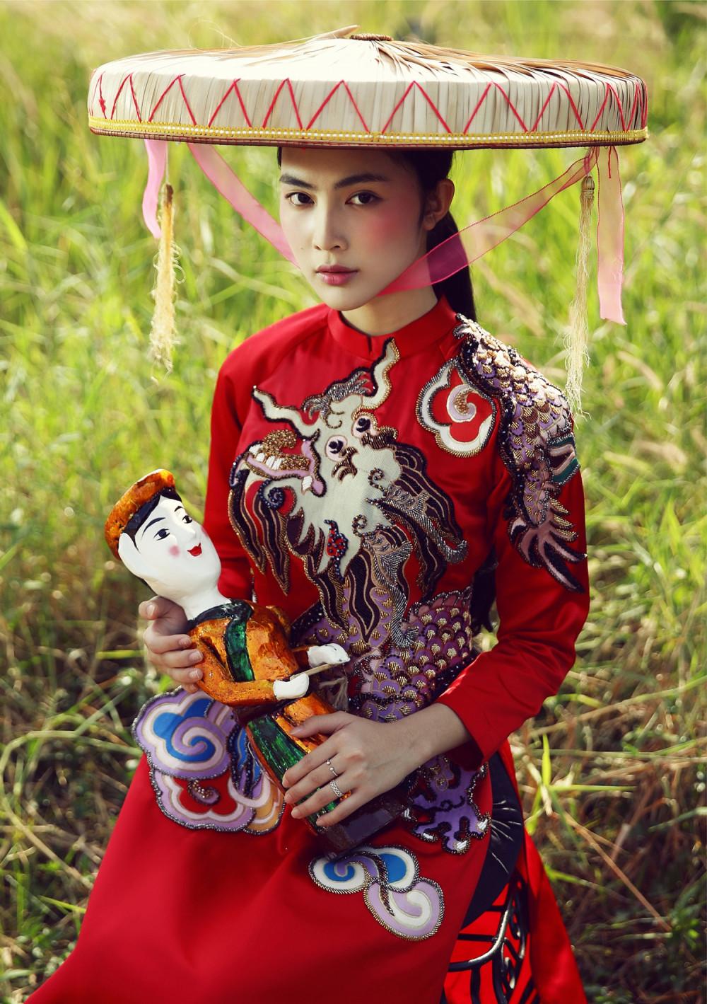 NTK Thuỷ Nguyễn thường chọn những màu sắc nổi bật đưa vào thiết kế. Cô kết hợp nhiều hoạ tiết, đồ vật là biểu tượng của văn hoá Việt