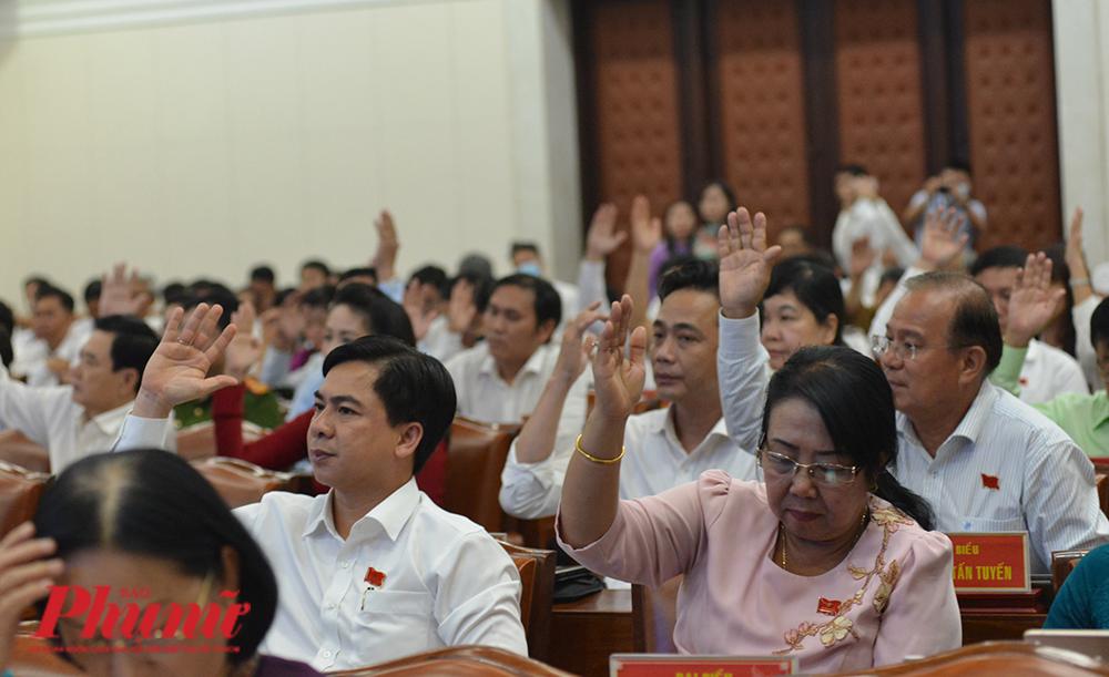 Đại biểu HĐND TPHCM biểu quyết thông qua Nghị quyết về sắp xếp đơn vị hành chính cấp huyện, cấp xã tại TPHCM
