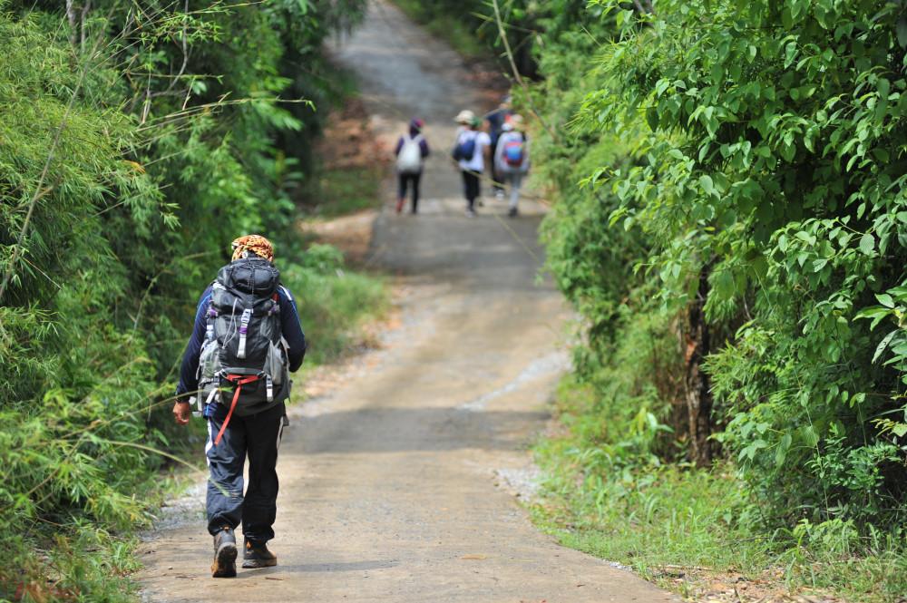 Có hai cách để khám phá núi Dinh, một là men theo đường nhựa, đi xe máy hay đi bộ từ chân núi đến đỉnh núi. Đoạn đường này hiện đang hư hại khá nhiều. Hai là phám phá cung đường trekking. Điểm trừ của cung đường trekking là khá vất vả, đường hẹp và khá nhiều thách thức. Điểm cộng là bạn có thể khám phá, chinh phục, trải nghiệm nhiều hơn vẻ đẹp của thiên nhiên cũng như của ngọn núi này.
