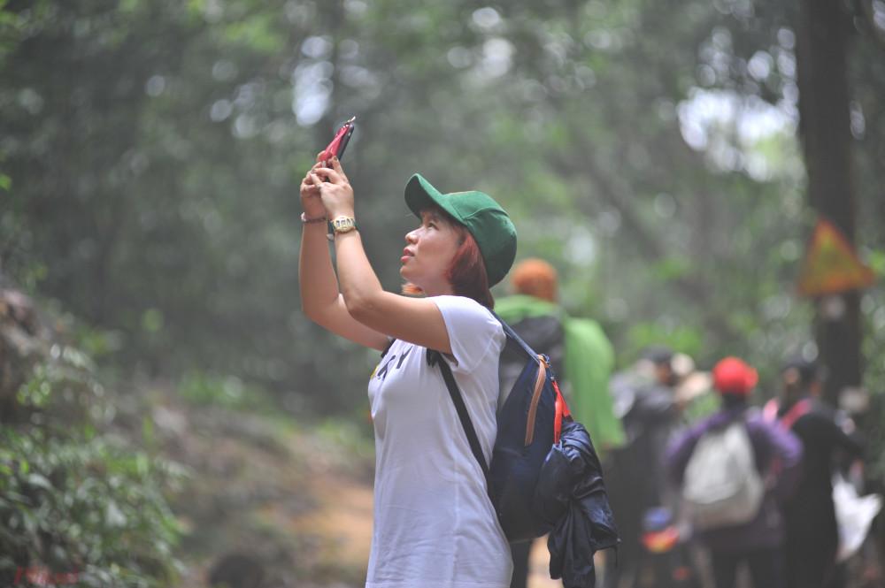 Trước cảnh đẹp huyền bí ấy của thiên nhiên, không ít người đưa điện thoại lên chụp ảnh như một cách lưu nhớ khoảnh khắc.