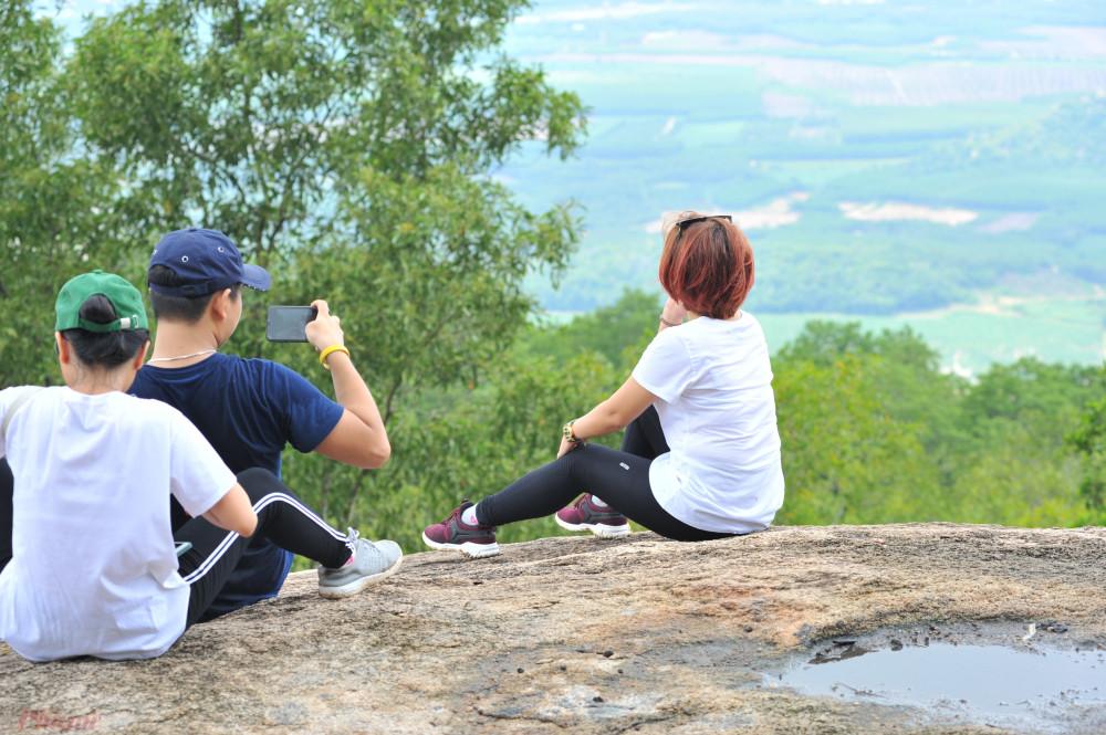 Từ vị trí này, phóng tầm mắt ra xa, bạn có thể thu vào tầm mắt làng hàu Long Sơn và thành phố Vũng Tàu. Đây cũng là vị trí thích hợp để bạn cắm trại hay picnic.