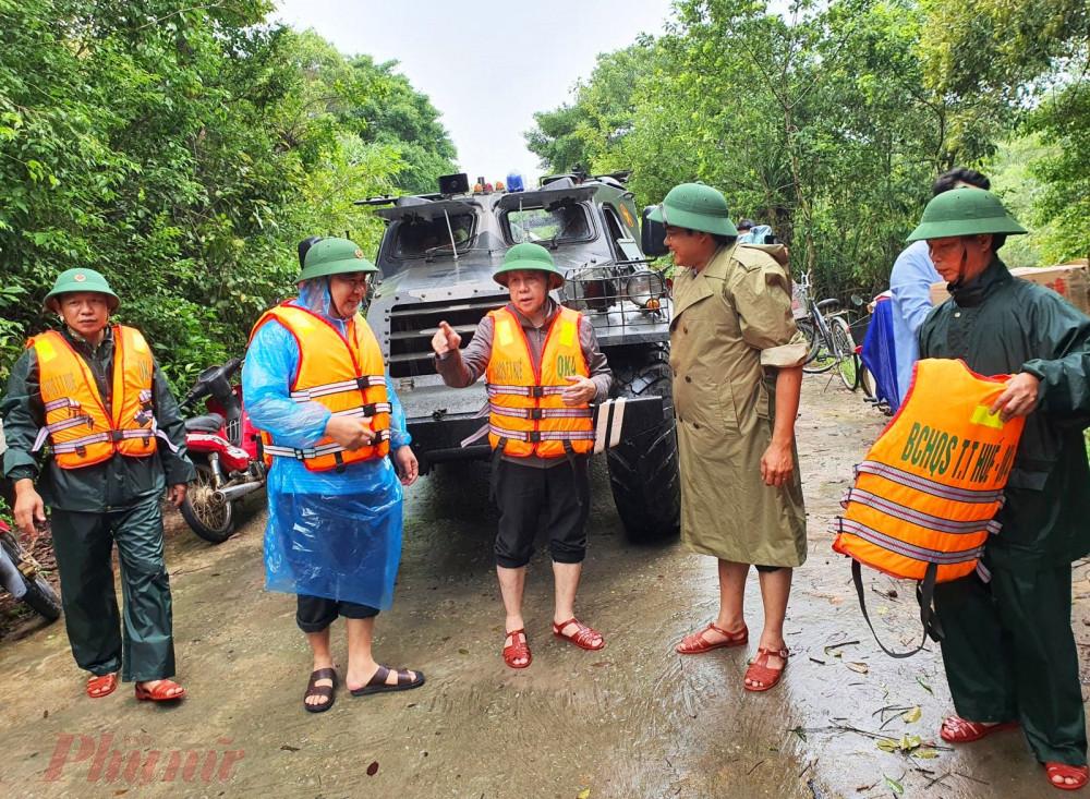 Theo báo cáo nhanh của các địa phương tính đến trưa 12/10  mưa lũ tại Thừa Thiên – Huế đã làm 3 người chết, 1 người mất tích và 7 người bị thương. Toàn tỉnh sơ tán gần 8.200 hộ với gần 25.000 khẩu. Mưa lũ làm ngập trên 58.000 nhà dân. Nhiều tuyến đường giao thông ngập sâu, sạt lở, hư hỏng. Mưa lũ cũng đã làm chia cắt nhiều khu dân dân cư. Hiện tại đến nay đã 4 ngày, người dân ở địa phương này phải sống khốn khó giữa dòng nước lũ bủa vây tứ phía