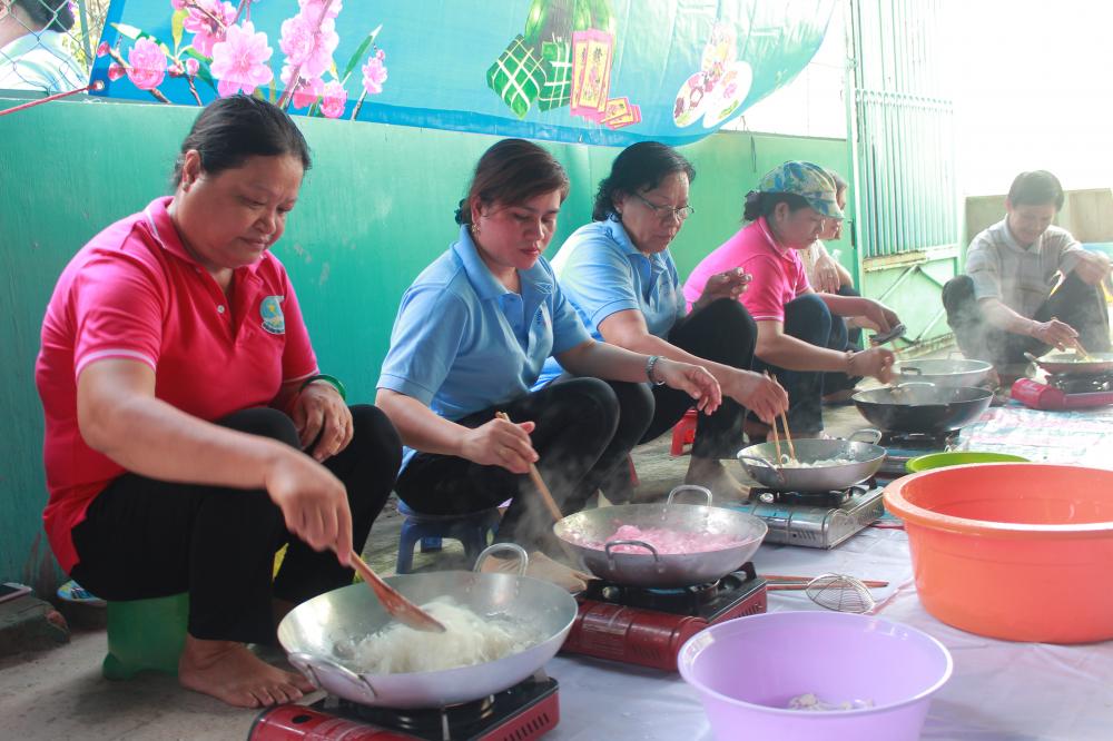Chị Khải Hoàng (thứ 2, từ trái qua) luôn tích cực tham gia các hoạt động chăm lo, hỗ trợ công nhân xa quê và phụ nữ có hoàn cảnh khó khăn.