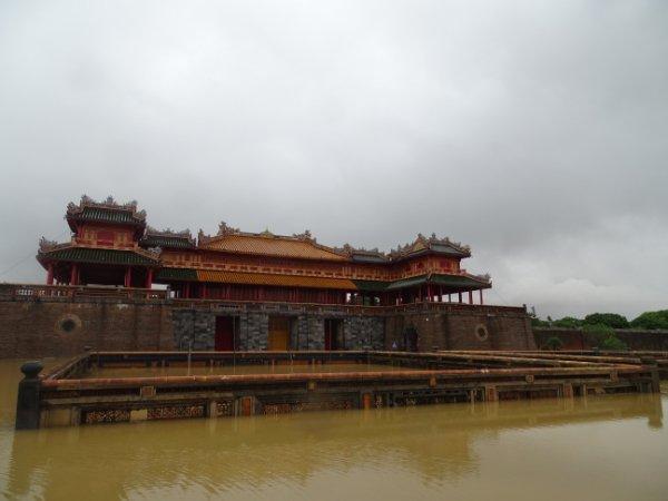 Nước lũ tứ phía, ngập cả khu vực cổng Ngọ Môn