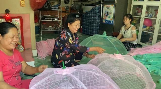 Mô hình gia công mùng chụp em bé mà dì Phượng (giữa) dồn nhiều tâm huyết tìm hiểu rồi thành lập đã và đang tạo việc làm ổn định cho chị em hội viên, phụ nữ địa phương.