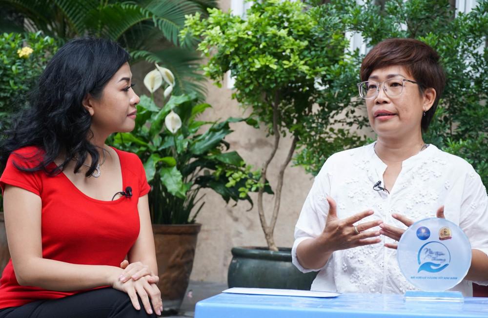 Phó tổng giám đốc Tập đoàn Tân Hiệp Phát Trần Uyên Phương  và buổi gặp gỡ với chị Tư mắt kiếng trong chương trình Nối trọn yêu thương. Ảnh: THP cung cấp