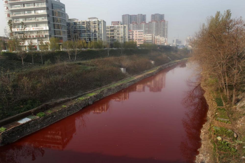 Một con sông bị ô nhiễm nặng bởi hóa chất thải ra từ các cơ sở dệt nhuộm - Ảnh: STR/AFP/Getty Images