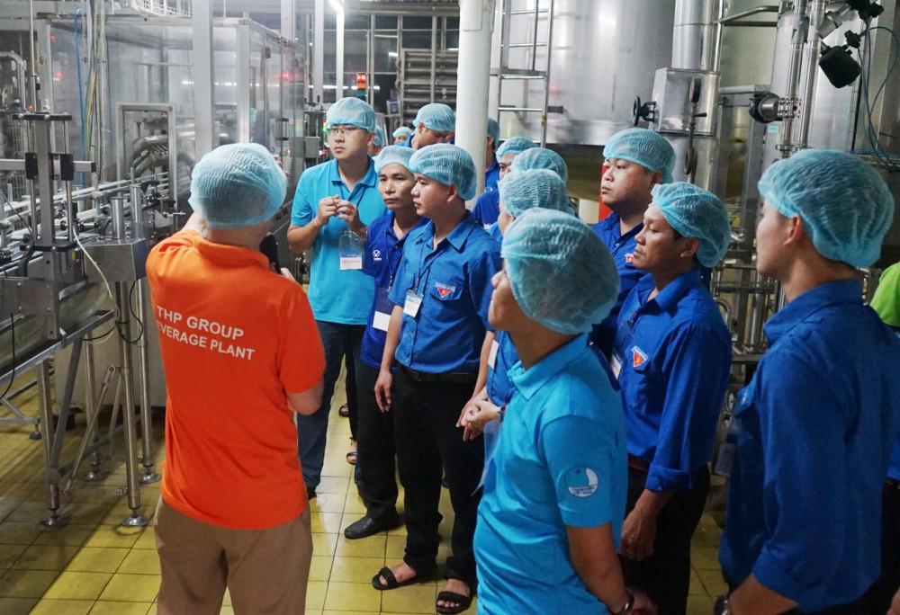 Đoàn đại biểu được tham quan trực tiếp nhà máy Tân Hiệp Phát tại Bình Dương. Ảnh: THP cung cấp