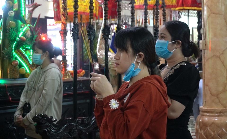Người dân đến viếng đình thờ Nguyễn Trung Trực tại TP Rạch Giá, tỉnh Kiên Giang