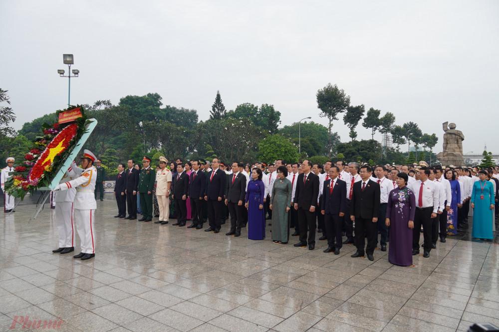 Sáng 14-10, Đoàn đại biểu tham dự Đại hội Đại biểu Đảng bộ TPHCM lần thứ XI, nhiệm kỳ 2020-2025 đã đến viếng, dâng hoa, dâng hương tại Nghĩa trang Liệt sĩ TPHCM (Đồi Không Tên, quận 9) để tưởng nhớ công ơn của các mẹ Việt Nam Anh hùng, các Anh hùng Liệt sĩ đã hy sinh vì độc lập tự do của Tổ quốc, vì hạnh phúc của nhân dân.