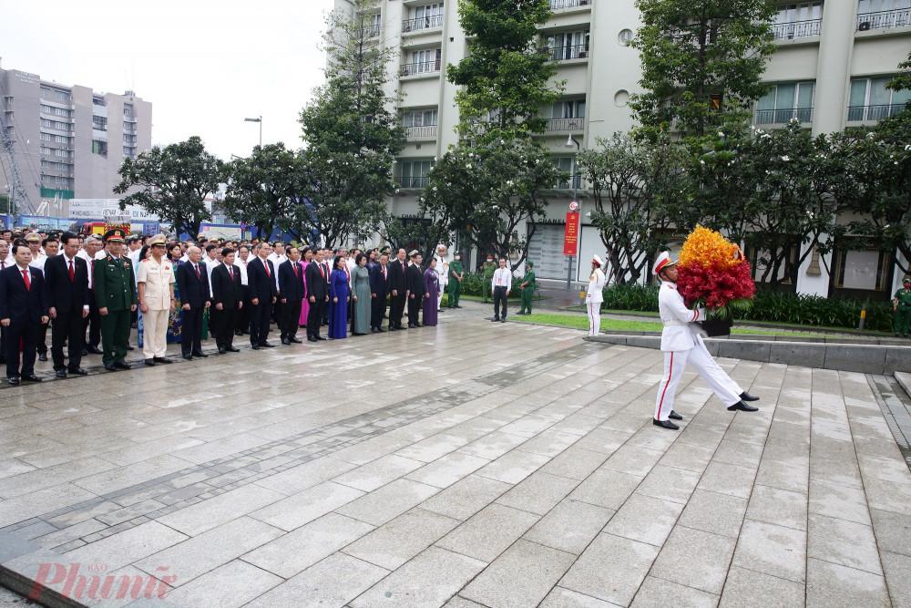 Sáng cùng ngày, Đoàn đại biểu tham dự Đại hội Đại biểu Đảng bộ TPHCM lần thứ XI, nhiệm kỳ 2020-2025 đã đến dâng hoa tại Công viên tượng đài Chủ tịch Hồ Chí Minh (trên Phố đi bộ Nguyễn Huệ, quận 1).