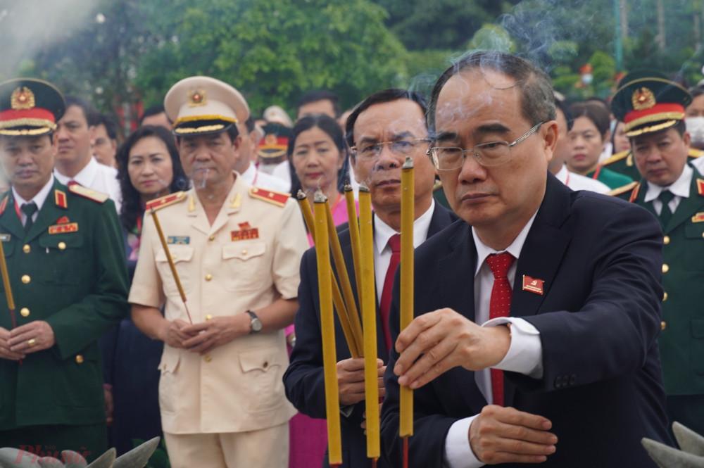 Đồng chí Nguyễn Thiện Nhân, Ủy viên Bộ Chính trị, Bí thư Thành ủy TPHCM dâng hương.