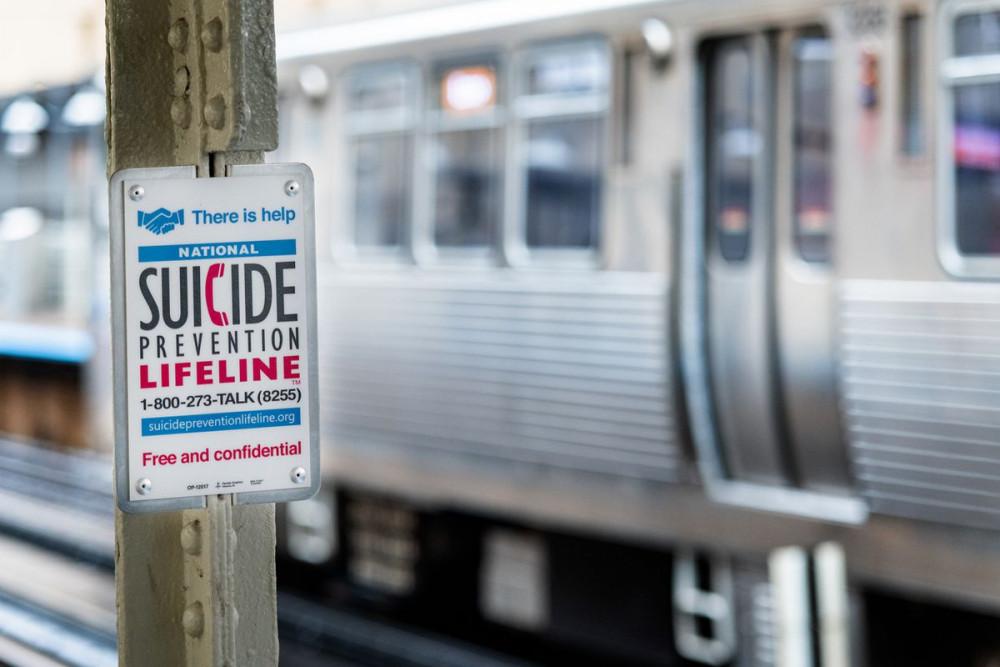Biển báo giới thiệu một đường dây nóng hỗ trợ ngăn chặn tự tử, tại ga tàu điện ngầm ở Chicago, bang Illinois, Mỹ.