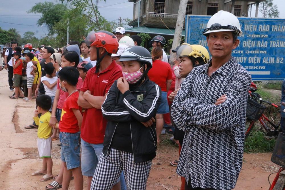 Người dân Phong Xuân đến chờ giây phút đưa nạn nhân về