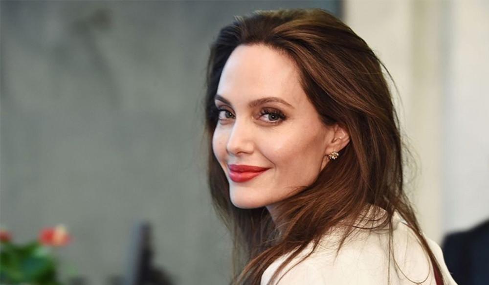 Angelina Jolie hi vọng cuốn sách giúp được nhiều người trẻ trong quá trình phản biện xã hội.
