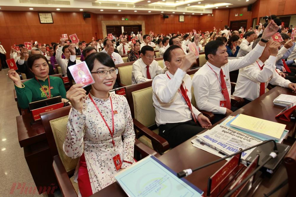 Các đại biểu biểu quyết thông qua chương trình làm việc của đại hội tại phiên trù bị sáng 14/10