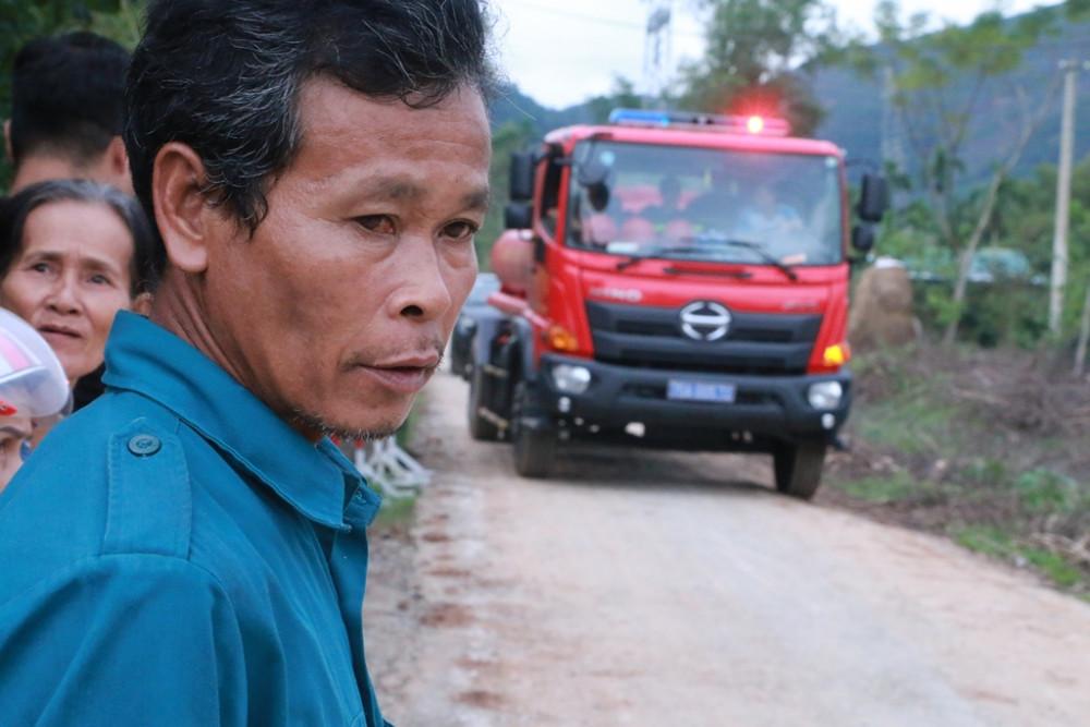 Xe cứu hỏa đầu tiên từ hiện trường trở ra