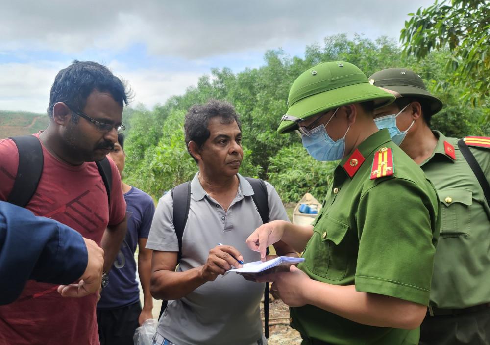 Đại tá Nguyễn Thanh Tuấn – Giám đốc Công an tỉnh Thừa Thiên – Huế động viên, thăm hỏi một trong 2 chuyên gia Ấn Độ trong đoàn người được cứu hộ