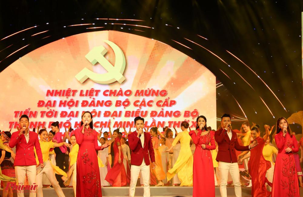 Chương trình mở màn với tổ khúc Việt Nam ơi, mùa xuân đến rồi do nhóm hát nhà hát ca múa nhạc Bông Sen kết hợp với nhóm múa, dàn đồng ca đại học Sài Gòn, nhóm múa The Sun đảm nhận.