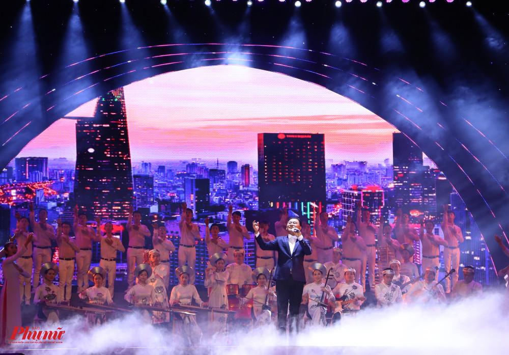 NSND Tạ Minh Tâm trình bày Tiếng hát từ thành phố mang tên Ngưởi (nhạc: Cao Việt Bách, lời Đặng Trung) mở đầu cho phần 1 của chương trình nghệ thuật với chủ đề TPHCM Thành phố anh hùng, tiên phong, đổi mới.