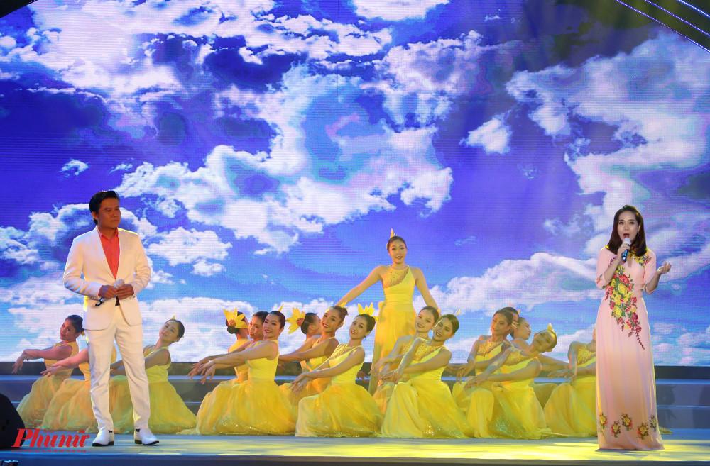 Thế Vỹ, Khánh Ngọc tiếp nối với Đảng là cuộc sống của tôi (Nguyễn Đức Toàn). Tiết mục được sự hỗ trợ của nhóm múa nhà hát Bông Sen và nhóm múa Son Việt.