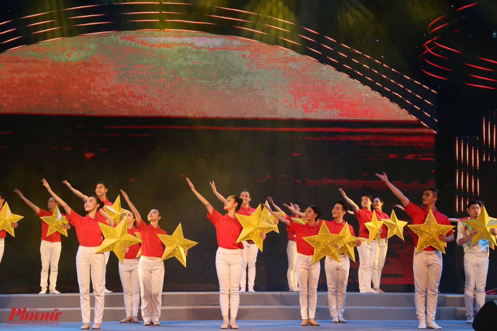 Nhóm MTV.SG thể hiện một sáng tác của Dương Bích Hà Thành phố yêu thương. Tác phẩm này vừa được trao giải A trong cuộc vận động sáng tác tác phẩm âm nhạc, sân khấu kỷ niệm 45 năm giải phóng miền Nam, thống nhất đất nước và chào mừng những sự kiện trọng đại của đất nước.