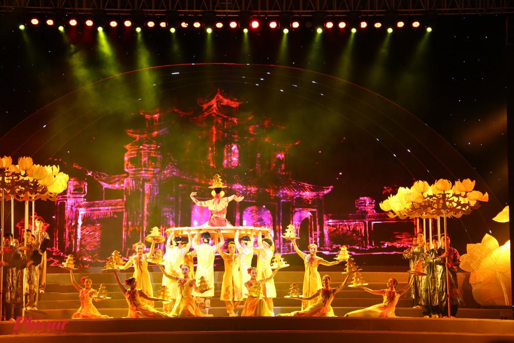 Ca cảnh Hồn quê với sự kết hợp giữa nghệ sĩ Trung Hiếu và các nghệ sĩ đến từ nhà hát Bông Sen, nhà hát Trần Hữu Trang, nhà hát Phương Nam, đoàn lân sư rồng Hằng Anh Đường, nhà hát nghệ thuật Hát Bội TPHCM... mang đến màn trình diễn mãn nhãn cho người xem.