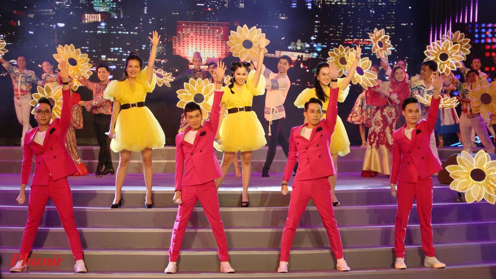 Nhóm Mắt Ngọc và nhóm 135 kết hợp trong ca khúc Điểm đến thần tiên sôi động, vui tươi.