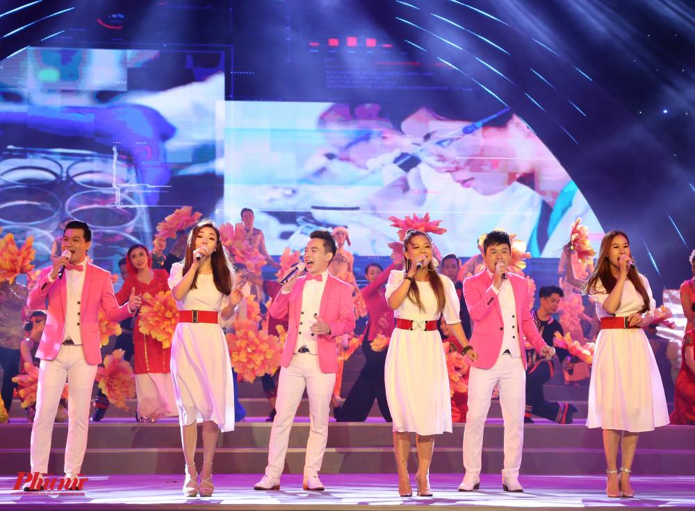 Nhóm Lạc Việt và Nhật Nguyệt kết thúc chương trình với Thành phố của những huyền thoại (sáng tác Trương Quang Lục).