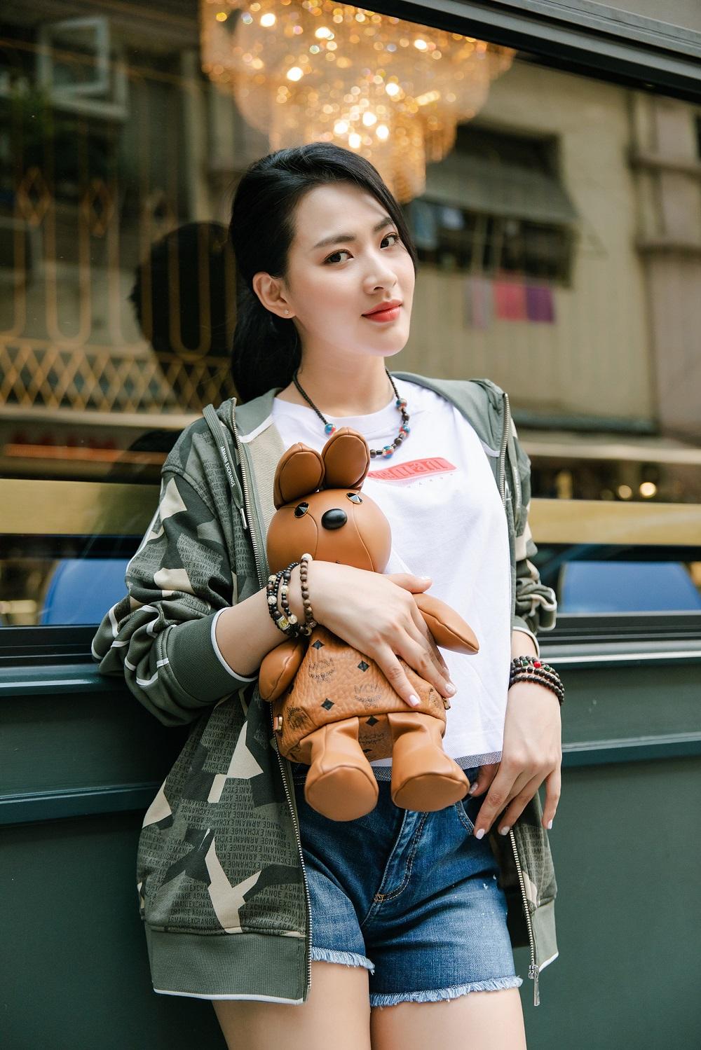 Minh Trang là nữ diễn viên khá quen mặt với công chúng truyền hình. Sở hữu cao 1,7m, dáng người thanh mảnh và khuôn mặt chuẩn V-line, cô nàng luôn biết cách khai thác tối đa lợi thế về hình thể cùng thần thái ấn tượng trước ống kính.