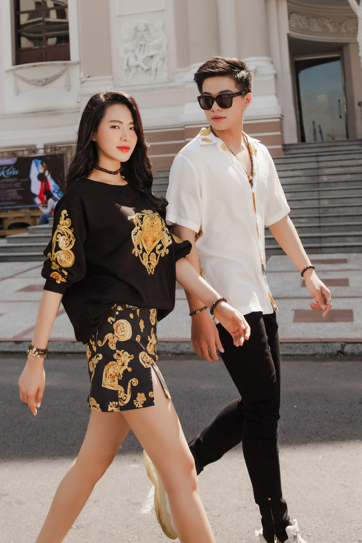 Với phong thái cuốn hút cùng gu thời trang ấn tượng, cặp đôi Minh Trang - Kha Vũ đã nhanh chóng nhận được sự chú ý trong set đồ xuống phố. Cặp đôi chọn lựa trang phục có họa tiết hoa đang là xu hướng đến từ thương hiệu Versace Jeans và A/X Armani. Đây được xem là sự kết hợp khá hoàn hảo từ màu sắc, form dáng cho đến lối trang điểm toát lên sự quyến rũ mà không kém phần thời thượng.