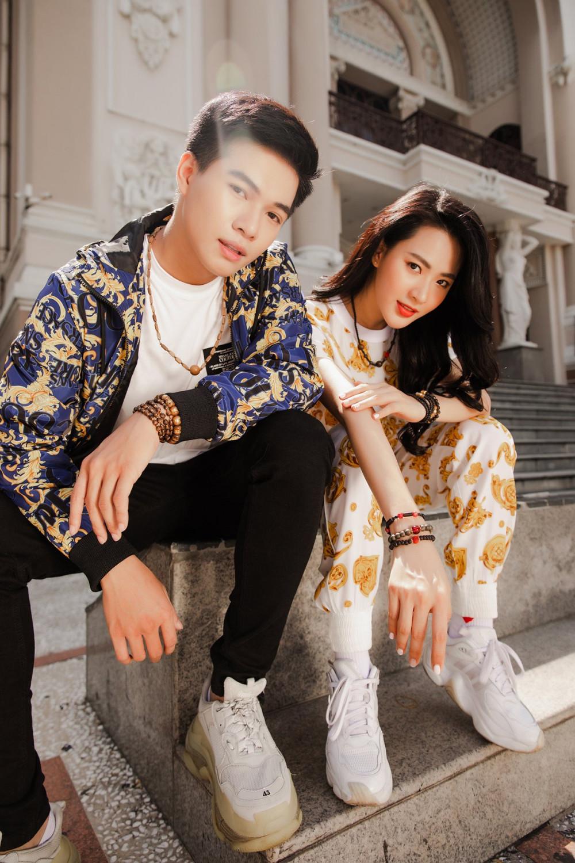 Trong tiết thu se lạnh, diễn viên Kha Vũ và Minh Trang yêu thích những bộ trang phục có màu sắc sặc sỡ, trầm ấm quen thuộc.