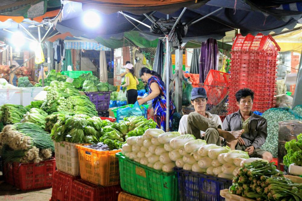 Một sạp kinh doanh rau xanh tại khu vực chợ đầu mối Hóc Môn. Ảnh: Quốc Thái