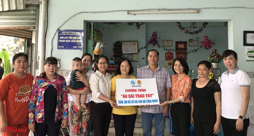 Hội LHPN huyện Hóc Môn trao bảng tượng trưng tặng áo dài cho nữ công nhân các khu nhà trọ trong chương trình 'Áo dài trao tay.