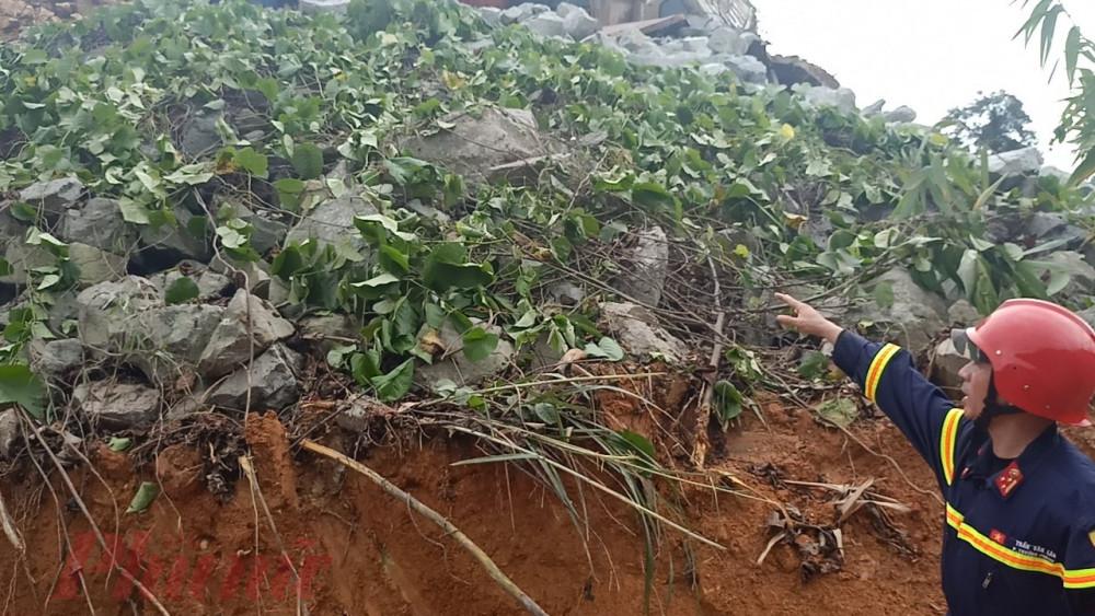 Một số điểm mới trên sườn núi ở vị trí sát thủy điện Rào Trăng 3 cũng đang bắt đầu sạt lỏ