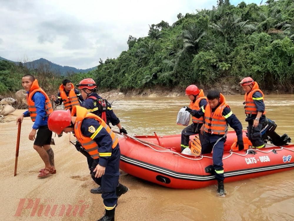 Sau nhiều giờ đi từ phía lòng hồ thủy điện Hương Điền đoàn đã tiếp cận hiện trường